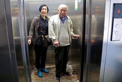 老人站在万博安卓版里