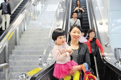 带小孩坐扶梯